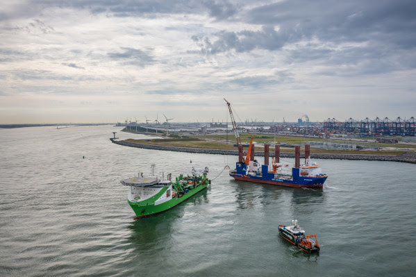 Underwater robot laying cables successfully crossed the Rotterdam Maasmond to connect Hollandse Kust (zuid)
